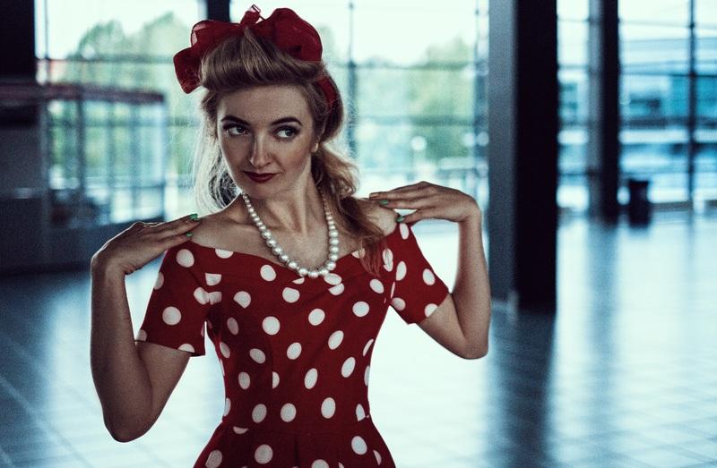 Comment mettre en valeur une robe des années 50?