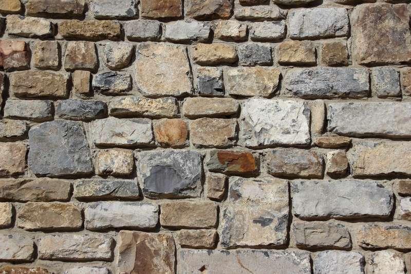 Rénover une façade en pierre : la solution V-clip